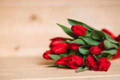 Härlig lantlig bakgrund med röda tulpan Färgrikt kort för moderdagen, födelsedag, internationell mars 8 för dag för kvinna` s Fotografering för Bildbyråer