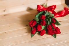 Härlig lantlig bakgrund med röda tulpan Färgrikt kort för moderdagen, födelsedag, internationell mars 8 för dag för kvinna` s Royaltyfria Foton