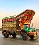 Härlig lastbil med pakistansk tradition och kultur arkivbild