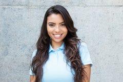 Härlig latin - amerikansk kvinna med långt hår som är utomhus- i summan arkivfoton