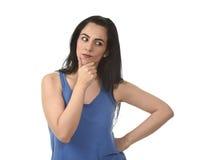 Härlig latinamerikansk kvinna som tänker och undrar att se fundersamt som, om betrakta Arkivbilder