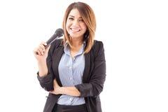 Härlig latinamerikansk presentatör med mikrofonen royaltyfri bild