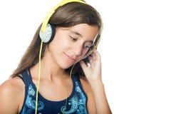 Härlig latinamerikansk tonåring som lyssnar till musik Royaltyfria Foton