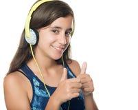 Härlig latinamerikansk tonåring som lyssnar till musik Royaltyfri Fotografi