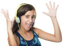 Härlig latinamerikansk tonåring som lyssnar till musik Arkivfoton