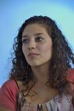 Härlig latinsk flicka med lockigt hår Fotografering för Bildbyråer