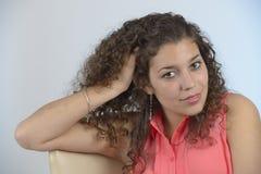 Härlig latinsk flicka med lockigt hår Arkivbild