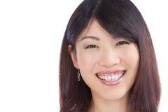 Härlig le asiatisk kvinna royaltyfri foto