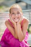 Härlig le belägen mitt emot kamera för ung flicka royaltyfri foto