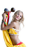 Härlig le blond dans med maracas Royaltyfria Bilder