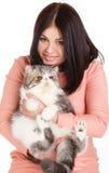 Härlig le brunettflicka och hennes stora katt på en vit bakgrund Royaltyfri Fotografi