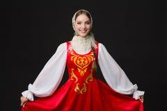 Härlig le caucasian flicka i ryssfolkdräkt arkivbild