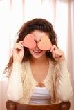 Härlig le caucasian kvinna med hjärtasymbol arkivfoton
