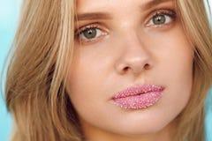 Härlig le flicka Härlig kvinna med fulla kanter med Sugar Lip Scrub Arkivbild
