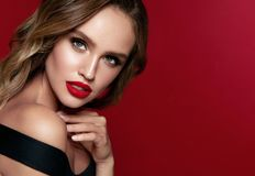 Härlig le flicka Härlig kvinna med makeup och röda kanter Royaltyfri Bild