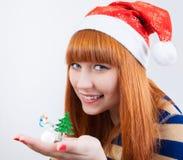 Härlig le flicka med en julgran Royaltyfri Bild