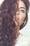 Härlig le flicka med naturlig makeup och löst hår Royaltyfria Foton