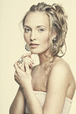 Härlig le flicka med slitage smycken Royaltyfri Foto