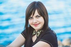 Härlig le flicka nära floden ukraine Fotografering för Bildbyråer