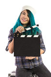 Härlig le flicka som rymmer en filmclapperboard fotografering för bildbyråer