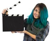 Härlig le flicka som rymmer en filmclapperboard royaltyfria foton