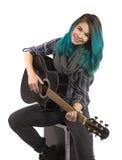 Härlig le flicka som spelar gitarren arkivbild