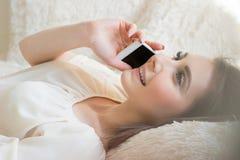 Härlig le flicka som talar på telefonen royaltyfri fotografi