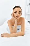 Härlig le flicka Ståendekvinna med ren hud Begrepp för hudomsorg Arkivbild