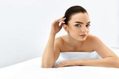 Härlig le flicka Ståendekvinna med ren hud Begrepp för hudomsorg Royaltyfri Bild