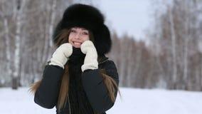 Härlig le flicka utomhus i vinter stock video