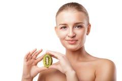 Härlig le hållande kiwi för kvinna. Skönhetskott Arkivbild