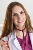 Härlig le hea för stetoskop för kvinnlig medicindoktor hållande royaltyfri fotografi