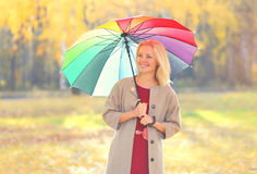 Härlig le kvinna för stående med det färgrika paraplyet i varm solig höstdag arkivbilder