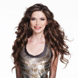 Härlig le kvinna med långt brunt lockigt hår. Royaltyfri Foto