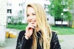 Härlig le kvinna med långt hår Arkivfoto