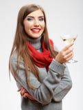 Härlig le kvinna med vinexponeringsglas Arkivfoto