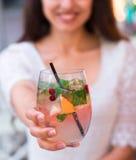 Härlig le kvinna som dricker det kalla lemonadbäret som är utomhus- Royaltyfri Fotografi