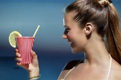 Härlig le kvinna som förnyar på stranden royaltyfri bild