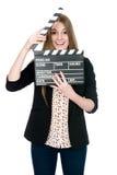 Härlig le kvinna som rymmer en filmclapper Royaltyfri Foto