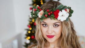 Härlig le kvinnamodell makeup Sund lång hårstil tree för bakgrundsjullampor lyckligt nytt år lager videofilmer