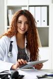 Härlig le kvinnlig PC för doktorshållminnestavla royaltyfri foto