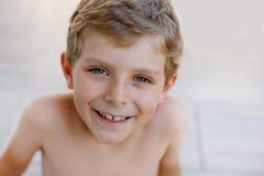 Härlig le Little Boy stående på varm solig sommardag Lycklig unge som ser kameran Förtjusande barn med arkivfoto
