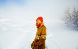 Härlig le man i vinterlandskapet effekt för 50mm bakgrundsblur aktiverar sidan för nattnikkordeltagaren Royaltyfri Fotografi