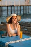 Härlig le placering för ung kvinna i kafé vid sjösidan med eller Fotografering för Bildbyråer