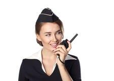 Härlig le stewardess som isoleras på en vit bakgrund Arkivfoton