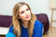 härlig le ung attraktiv kvinnastående Royaltyfri Fotografi
