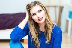 härlig le ung attraktiv kvinnastående Royaltyfria Foton