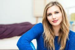 härlig le ung attraktiv kvinnastående Arkivfoton