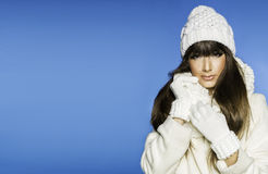 Härlig le ung kvinna i varmt kläderjulbegrepp Arkivfoto