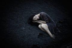 Härlig ledsen flicka på en kulle av kol Arkivbild